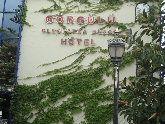 Gorgulu Kleopatra Beach Hotel: From the street side