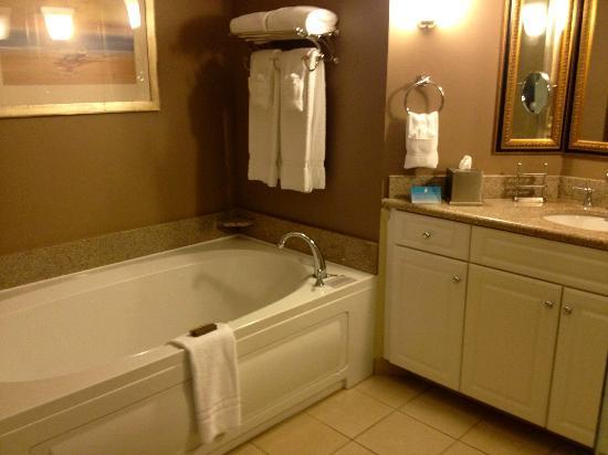 Portland Harbor Hotel: Jacuzzi and Bathroon