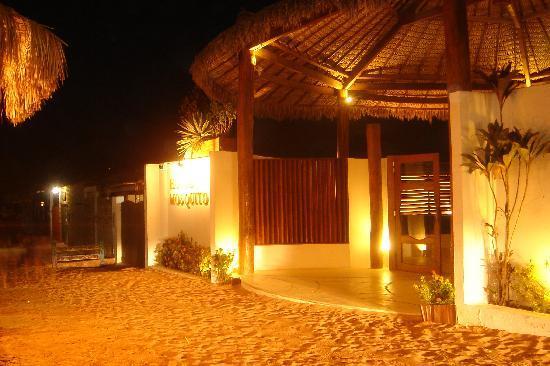 My Blue Hotel: a entrada do hotel e o tradicional chão de areia de Jericoacoara.