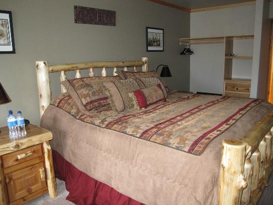 Summit Lake Lodge: The cabin