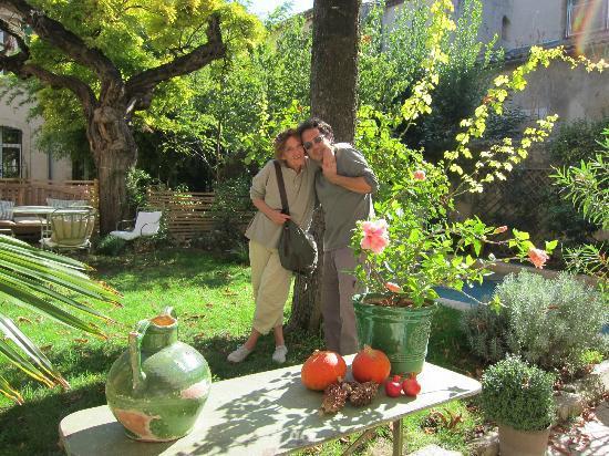 Ma Chambre d'Hotes a Montpellier: Katia et Jean Elie au jardin