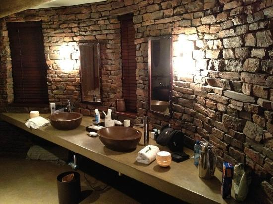 Marataba Safari Lodge: The backside of our suite featuring 2 separated wasbasins and a brick wall...