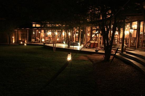 Marataba Safari Lodge: Deck of the lodge after sunset