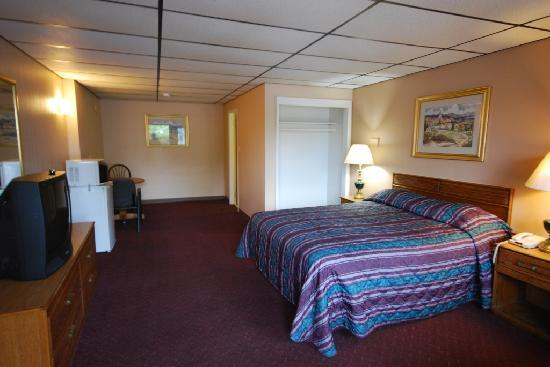 Midway Inn & Suites: Queen Size Bed Room