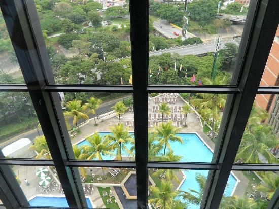 Eurobuilding Hotel and Suites Caracas: Piscina - Vista ascensor
