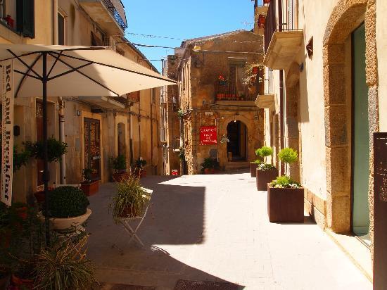 Caltagirone, Italië: A side street along the climb