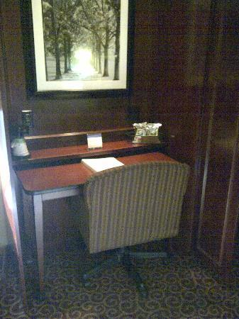 Hampton Inn Cherry Hill/Voorhees: Work Desk in Room - small but functional