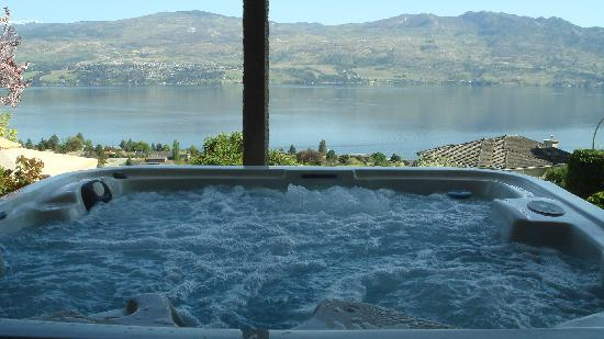 Bella Luna bed and breakfast : Hot tub with the beautiful view of the Okanagan Lake