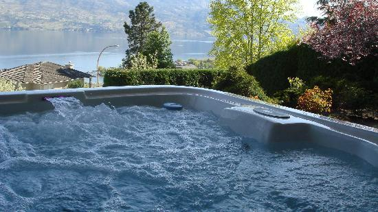 Bella Luna bed and breakfast: Hot tub with the beautiful view of Okanagan Lake