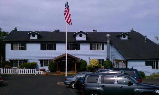 Depoe Bay Inn: Front View of Harbor Lights Inn