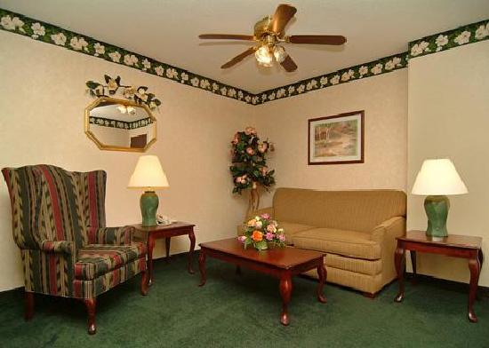 Comfort Inn: Suite living area