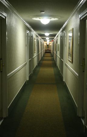 Bethesda Court Hotel: Third Floor Hallway