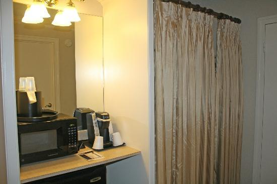 Bethesda Court Hotel: Microwave, Keurig Coffee Maker, Closet