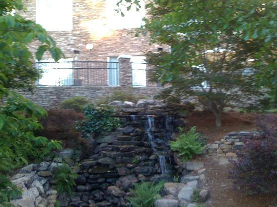 Hilton Garden Inn Columbus: Waterfall feature on the pond side of the hotel