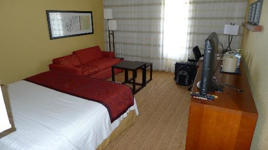 Courtyard by Marriott Dallas Market Center: King bed plus a love seat