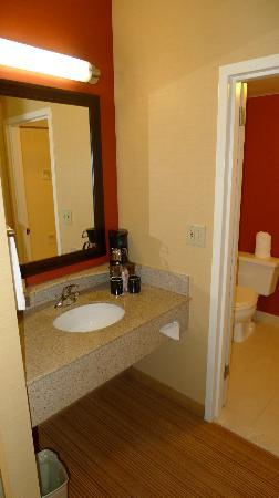 Courtyard by Marriott Dallas Market Center: Bathroom sink and coffee maker