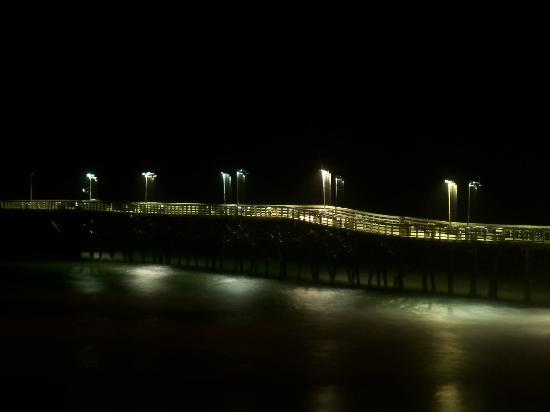 Jolly Roger Inn & Pier: Pier at night, gorgeous!