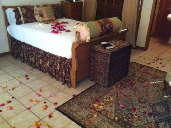 Serenity Farmhouse Inn: Poet's Cottage (my added rose petals)
