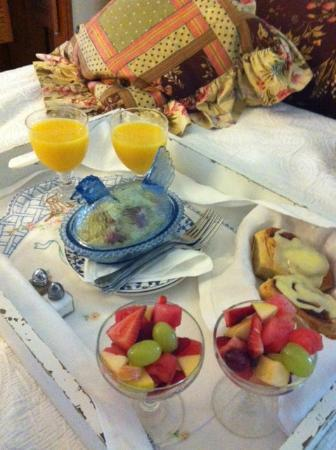 Serenity Farmhouse Inn: Breakfast at your door 9:30 am