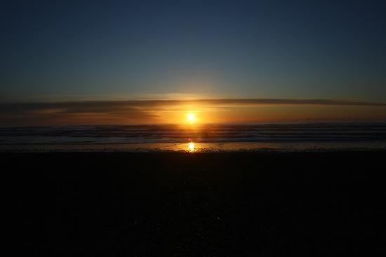The Islander Motel & RV Park: View from our room! Greatest sunsets in WA state!