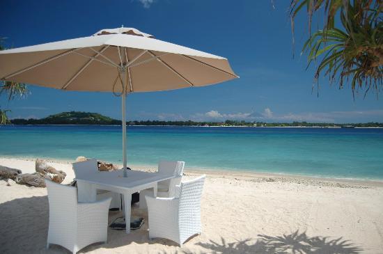 MAHAMAYA Gili Meno: Beach in front of Mahamaya resort