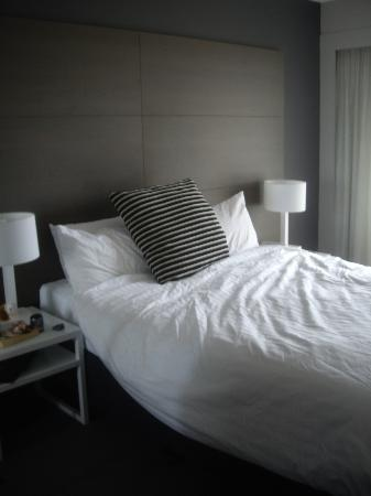 Adina Apartment Hotel Sydney Surry Hills: Comfortable bed with flat screen tv buit in wall!