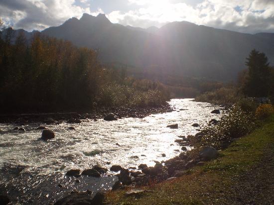 ريفربند جيست هاوس للمبيت والإفطار: Chilliwack River moments away from our cabin and guest house
