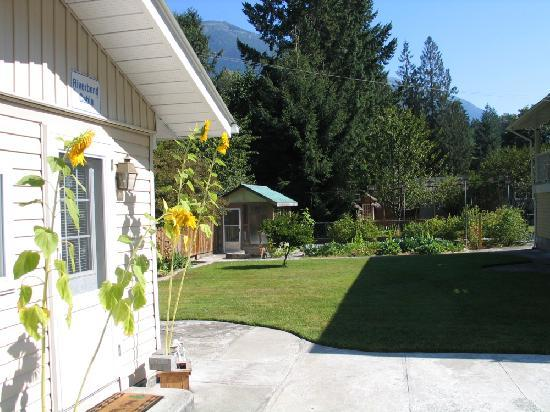 Riverbend Guest House B&B: Riverbend BC Canada Cabin vacation rental with mountain views