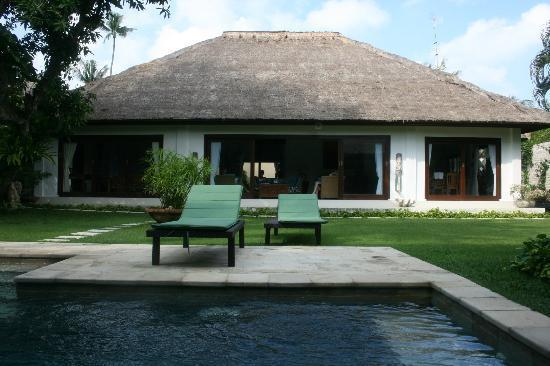 Villa Kamboja: At the pool looking at the villa