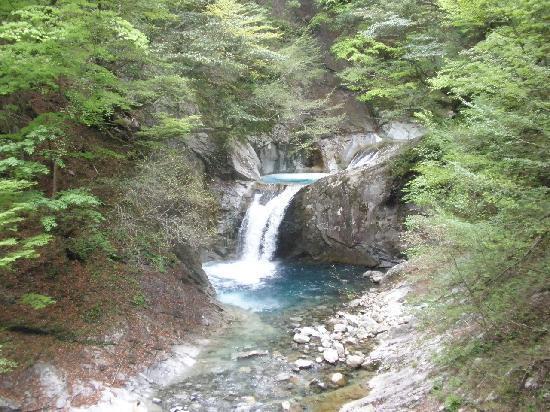 Yamanashi, اليابان: 西沢渓谷の醍醐味 滝と青い水 ②