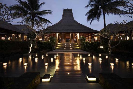 Maya Ubud Resort & Spa: lobby evening