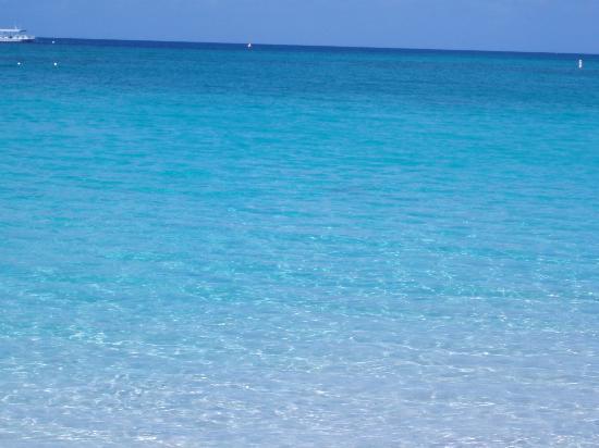 Seven Mile Beach: ...varietà di tonalità del blu....wow