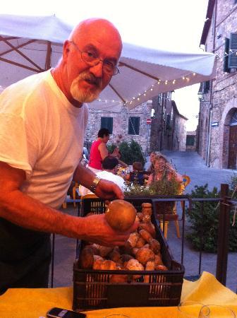 L'Etrusca e Il Greco: Gaetano felice di mostrarci l'arrivo dei porcini!