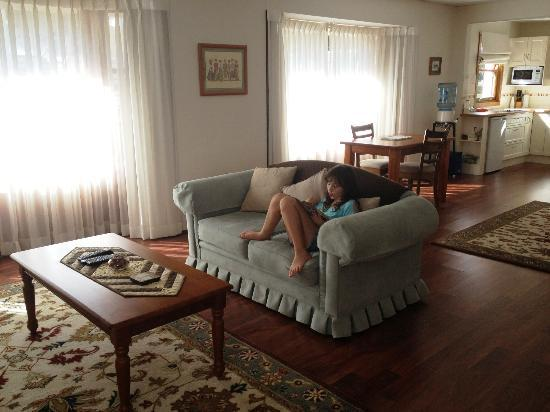 Montville Attic: Lounge