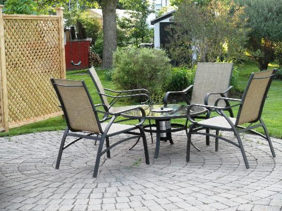 Elizabeth Manor Bed and Breakfast: Garden Patio
