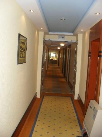 Best Western Plus Arosa Hotel: The corridors occasionally reek of smoke (Germany still has limited smoking regulations).