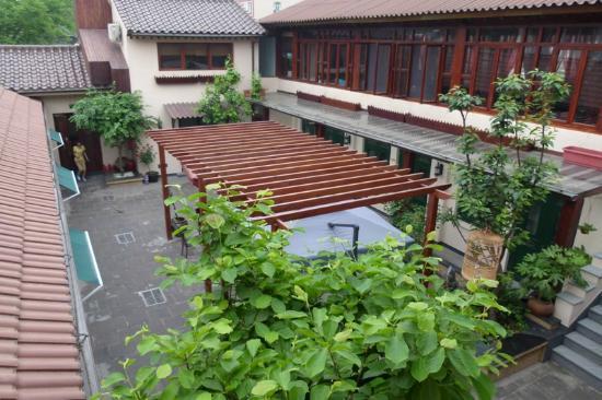 Jingshan Garden Hotel: Courtyard by day