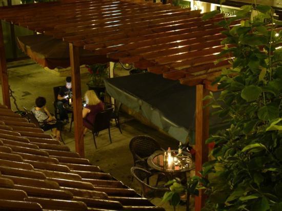 Jingshan Garden Hotel: Courtyard by night