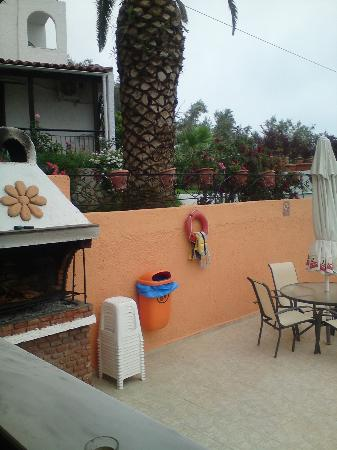 Yadim Studios & Apartments: bbq by pool
