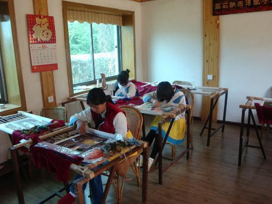 Tour around Yunnan Province: Silk embroidery, Baisha