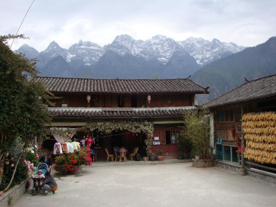 Tour around Yunnan Province: Lunch stop at Naxi family Guesthouse, Tiger Leaping Gorge