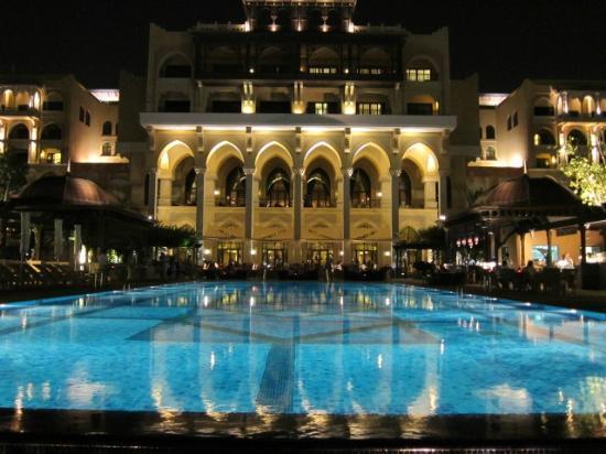 Shangri-La Hotel, Qaryat Al Beri, Abu Dhabi: 夜のメインプール
