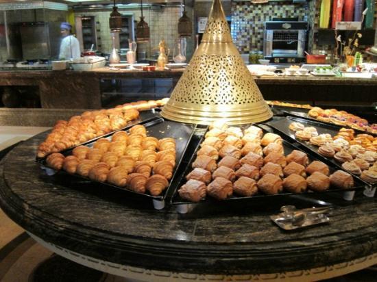 Shangri-La Hotel, Qaryat Al Beri, Abu Dhabi: 朝食