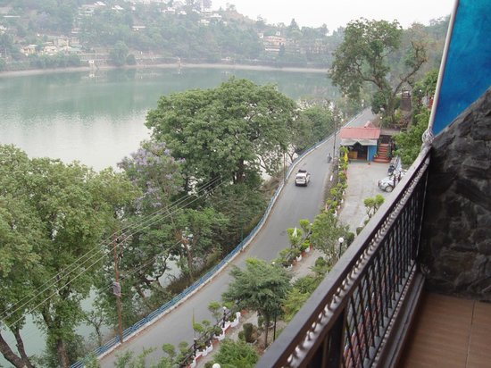 Van Vilas Resort: View of the road from the hotel