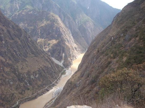 Tour around Yunnan Province: TLG from top of 28 bends