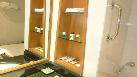 The Imperial River House Resort: Bathroom shelves + toiletries