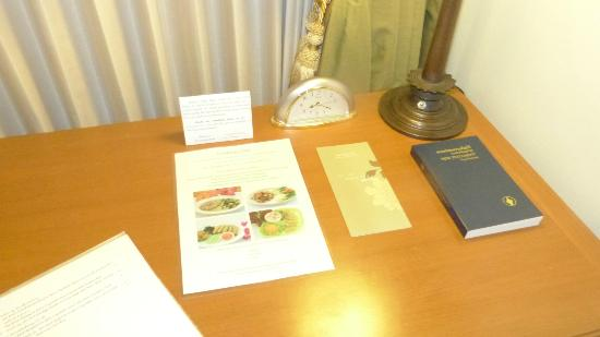 The Imperial River House Resort: desk in room