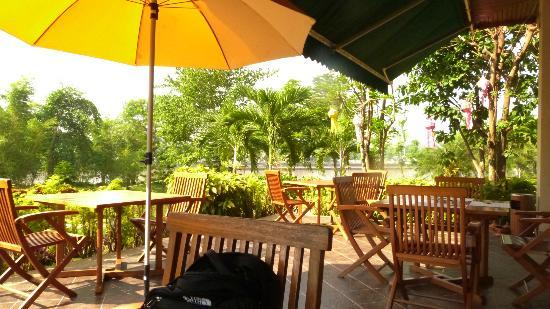 The Imperial River House Resort : Outside dining area- restaurant Tara
