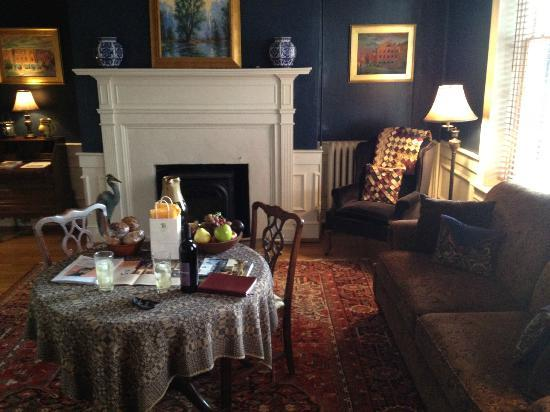 Inn at Lincoln Square: The sitting area