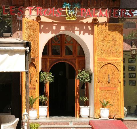 Les Trois Palmiers: Hotel front
